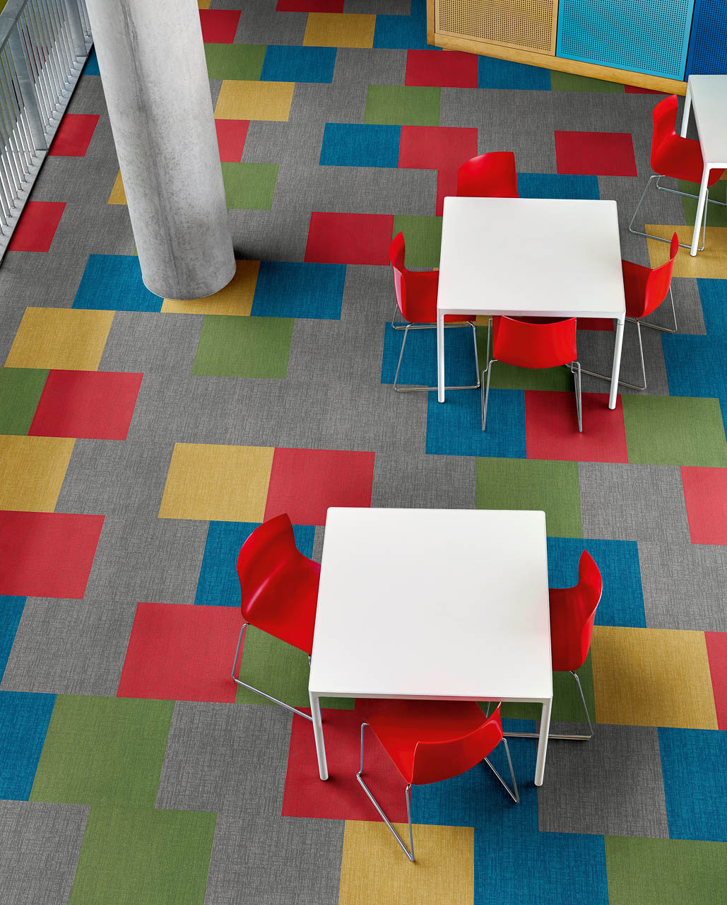 Amtico Colour Anchor Ditto, Poppy, Abuzz, Meadow and Squawk Teppichfliesen gemischt in einer Brick Verlegemethode.